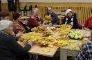 Senioru interešu pulciņš izgatavo kļavu lapu cepures 04.10.2016_10